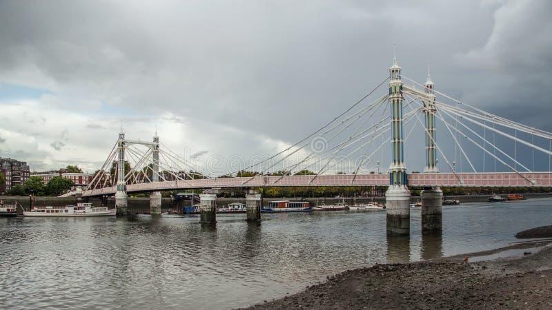 Albert Bridge sopra il Tamigi a Londra il giorno nuvoloso grigio fotografia stock libera da diritti