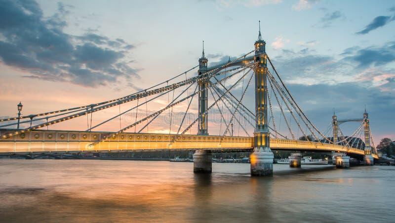 Albert Bridge und schöner Sonnenuntergang über der Themse, London England Großbritannien lizenzfreie stockfotos