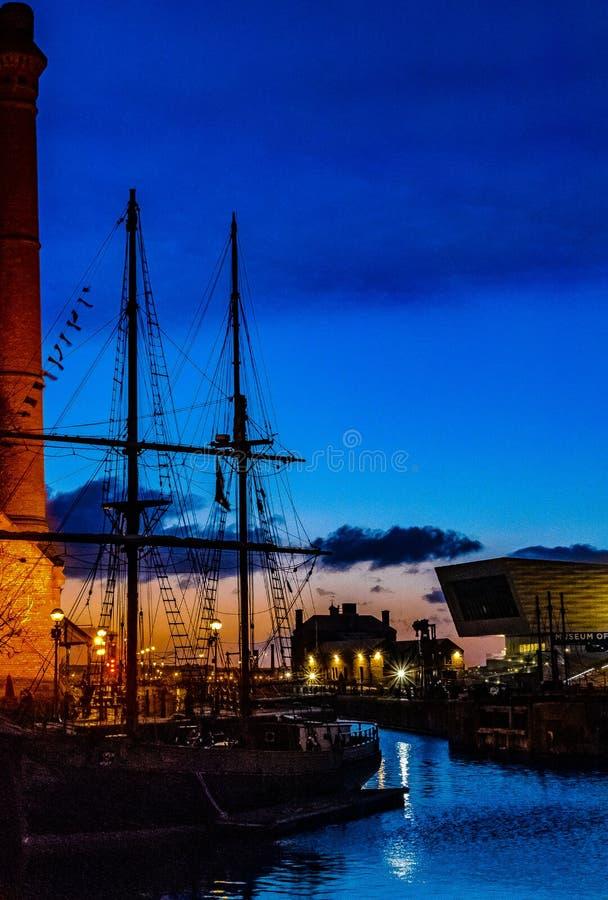 Albert Dock Liverpool al tramonto fotografia stock libera da diritti