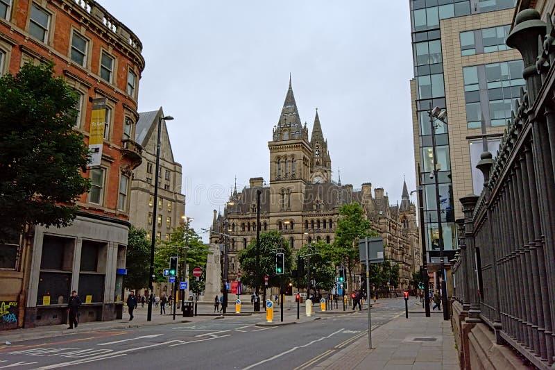 Albert Ssquare med det Manchester stadshuset i neo-gotisk stil royaltyfria foton