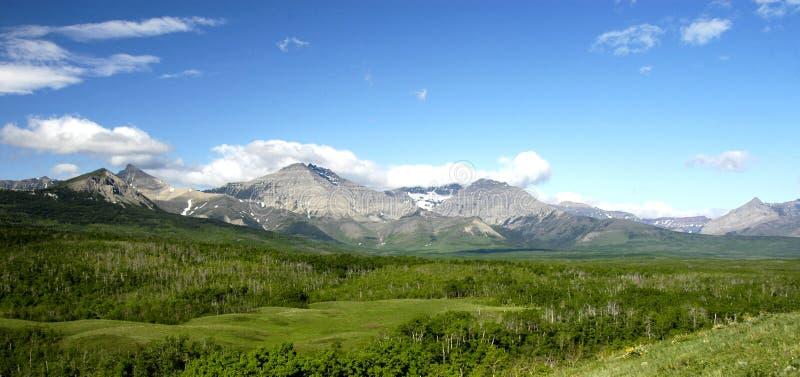 Alberta Kanada Grasland, Berge und Seen stockbild