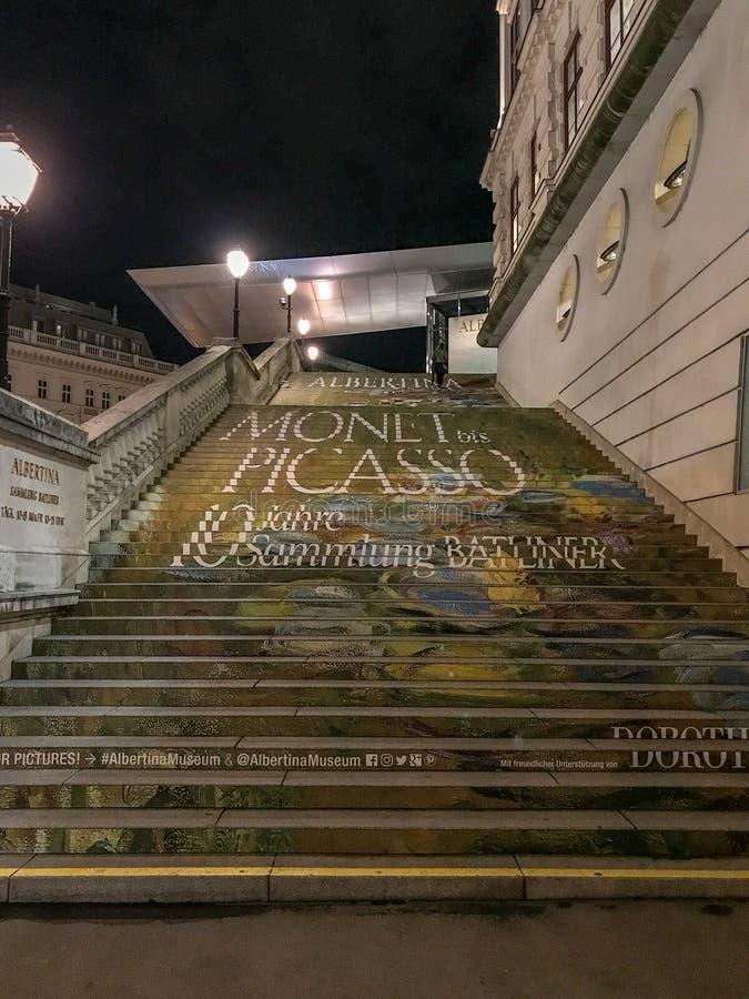 Albertina Museum, fuera de la escalera, haciendo publicidad del objeto expuesto, Viena foto de archivo