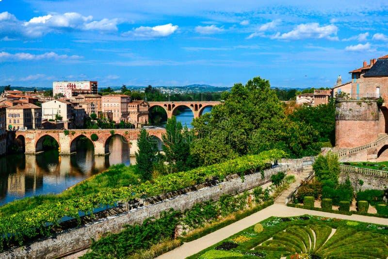 Albi, vista della città e dei ponti sopra il fiume del Tarn immagine stock libera da diritti