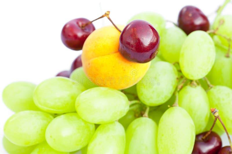 Albicocca della ciliegia dell'uva isolata su bianco immagini stock