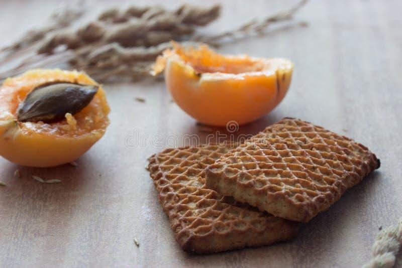 Albicocche ed orecchie dei biscotti fotografia stock libera da diritti