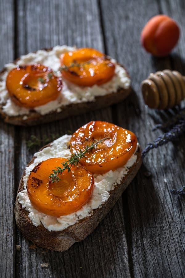 Albicocche, formaggio di ricotta e Honey Toast per una prima colazione sana fotografia stock libera da diritti