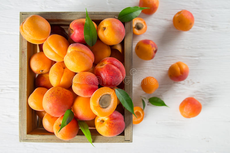 Download Albicocche Fresche Sulla Tabella Di Legno Fotografia Stock - Immagine di arancione, mercato: 56886554