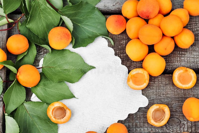 Albicocche mature deliziose su una tavola di legno rustica Frutti crudi su fondo di legno approssimativo Alimento vegetariano Vis fotografia stock libera da diritti