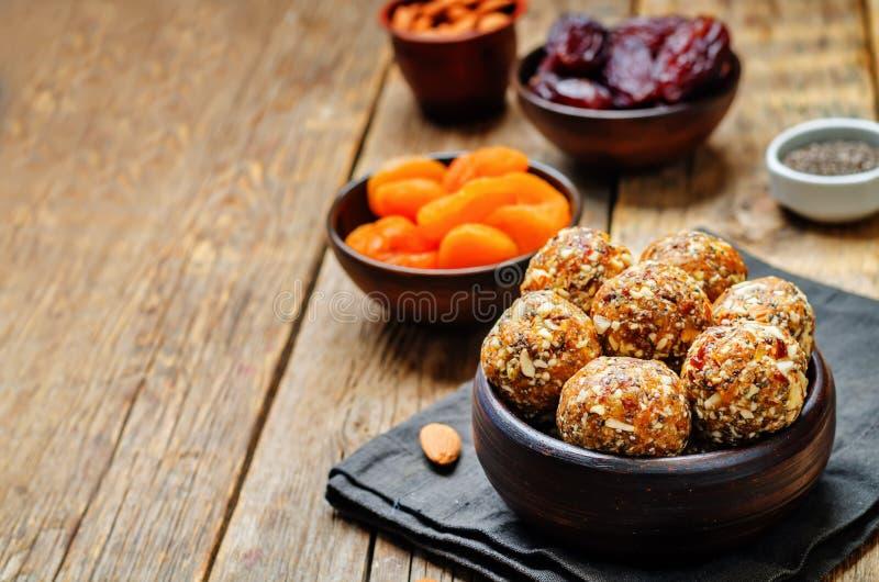 Albicocche secche del vegano crudo, date, palle del seme di Chia delle mandorle immagine stock