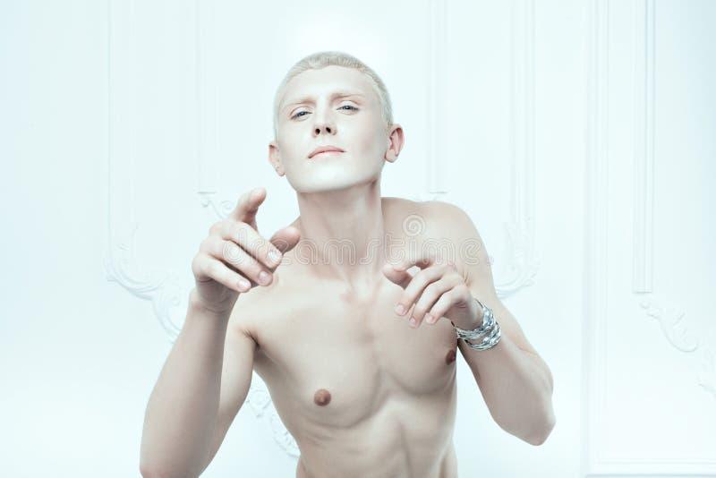 Albino masculino con la piel blanca fotografía de archivo libre de regalías