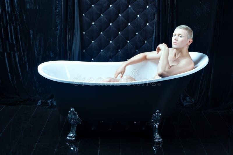 Albino masculino en el cuarto de baño imágenes de archivo libres de regalías