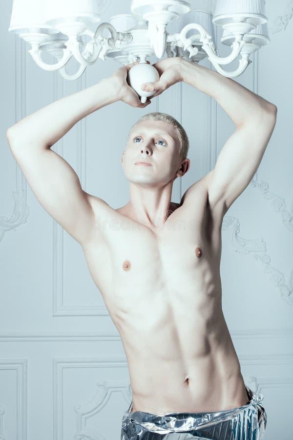 Albino masculino en un cuarto blanco fotografía de archivo