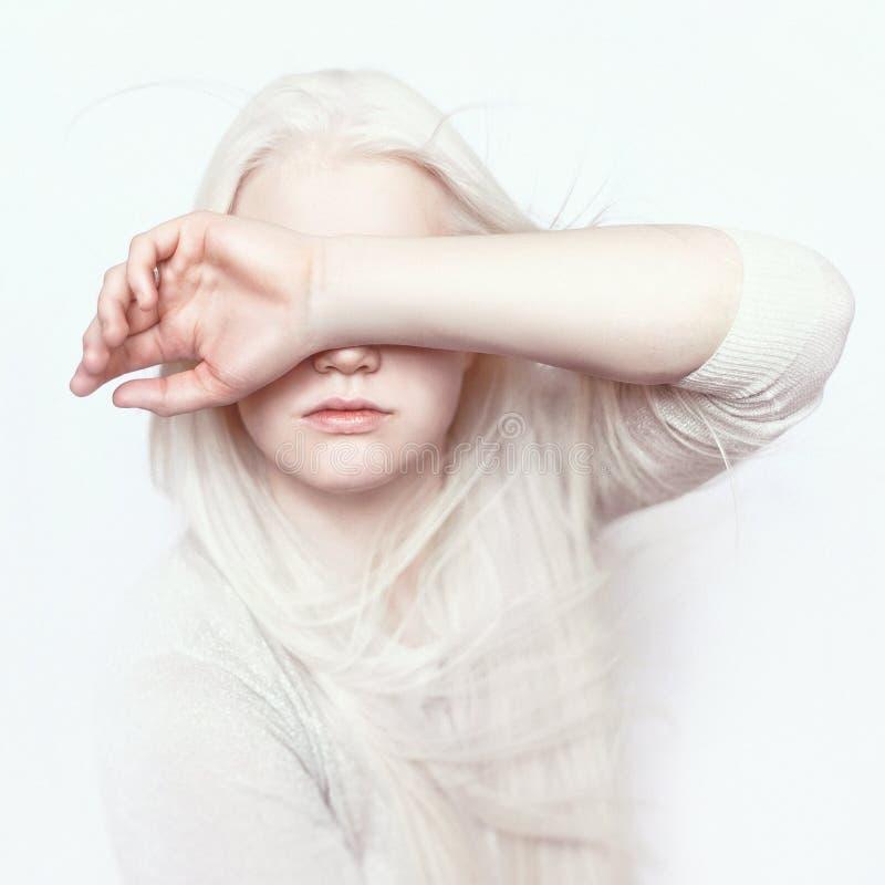 Albinoflicka med vit ren hud, naturliga kanter och vitt hår Fotoframsida på en ljus bakgrund Stående av huvudet Blond flicka arkivbilder