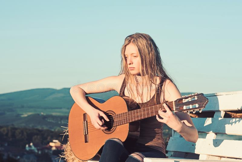 Albinos dziewczyny chwyta gitara akustyczna na niebieskim niebie Albinos kobiety sztuki gitara na drewnianej ławce na naturalnym  zdjęcia stock