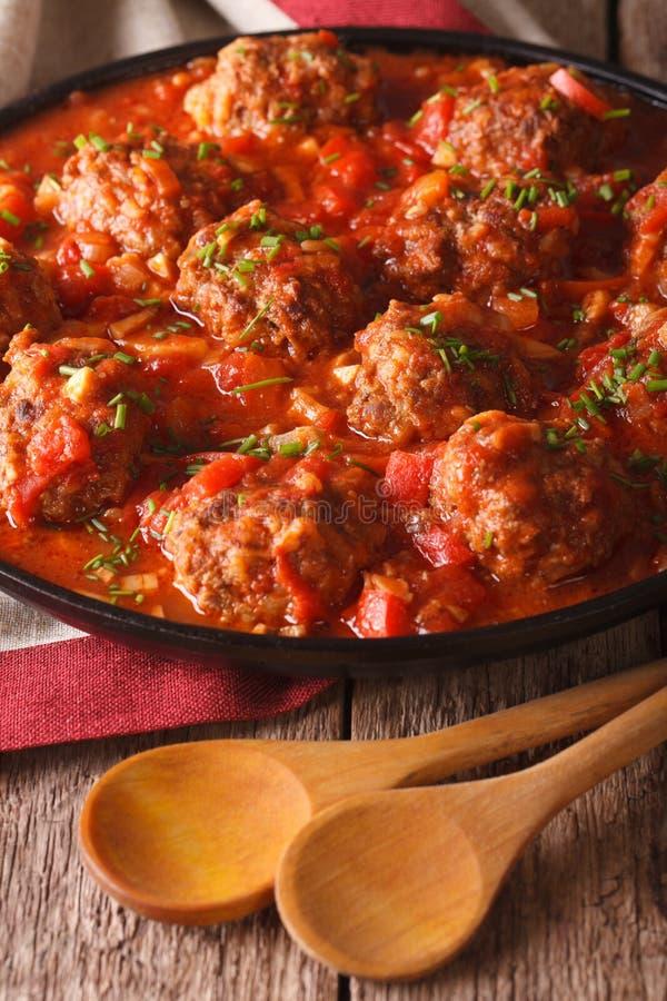 Albondigas deliziosi delle polpette con salsa piccante su una fine del piatto immagini stock
