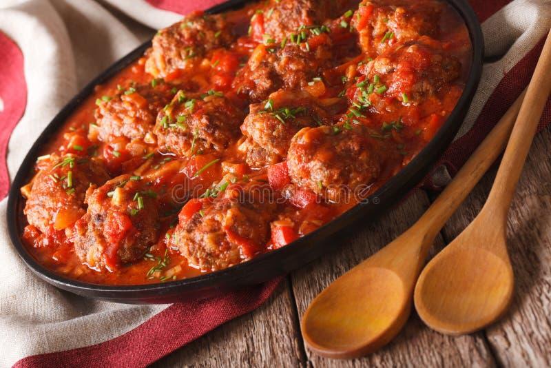 Albondigas deliziosi delle polpette con salsa piccante su una fine del piatto fotografie stock