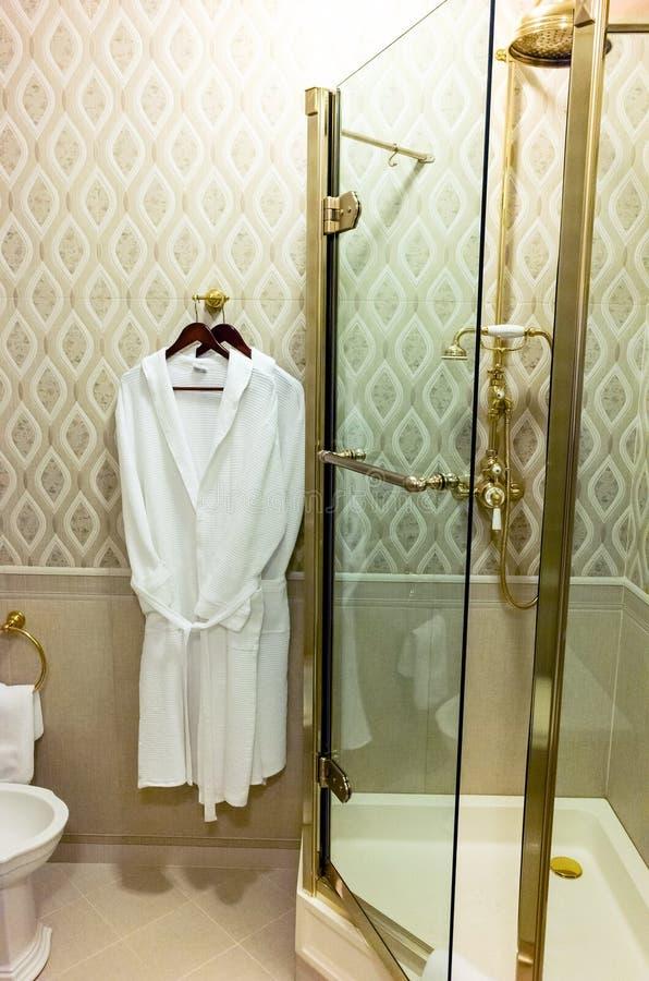 Albornoz en cuarto de baño del hotel imagen de archivo libre de regalías