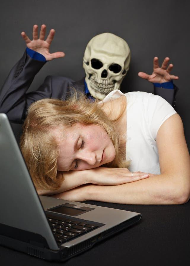 Albtraum besuchte schlummernde junge Frau stockfoto