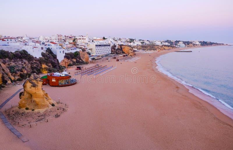 ALBUFEIRA, ALGARVE, PORTUGAL - EL AMI 26, 2019: Opinión aérea sobre la playa de Albufeira, región de Faro foto de archivo