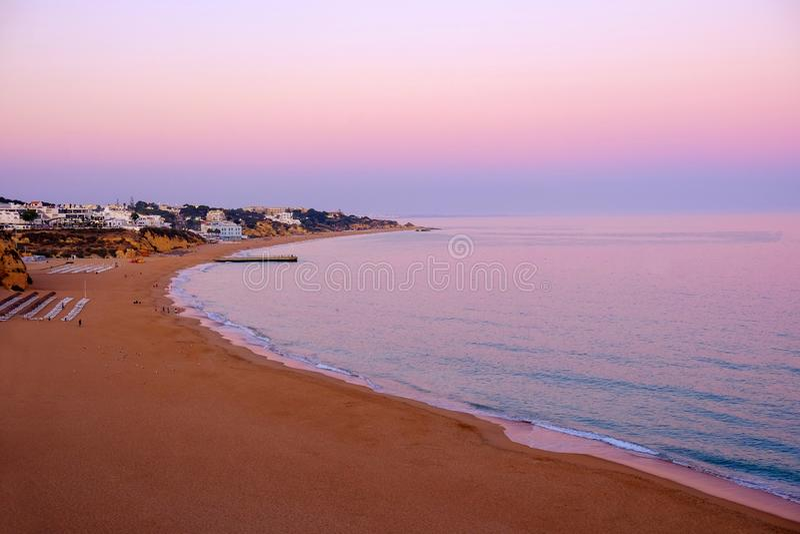 ALBUFEIRA ALGARVE, PORTUGAL - JUNI 8, 2019: Sikt på stranden av Albufeira på solnedgången royaltyfria foton