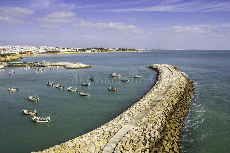 Albufeira fiskaremarina och strand, Algarve arkivbild