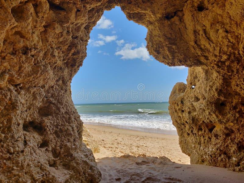 Albufeira jamy naturalny widok, Algarve Portugalia obrazy royalty free