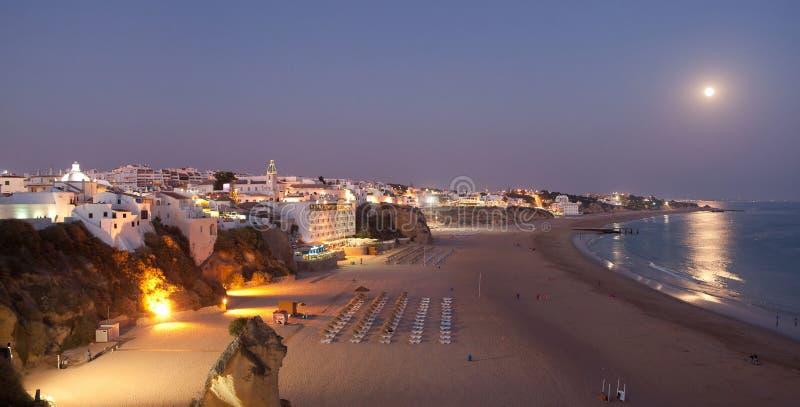 Albufeira på natten. Atlantisk kust i Portugal royaltyfri foto