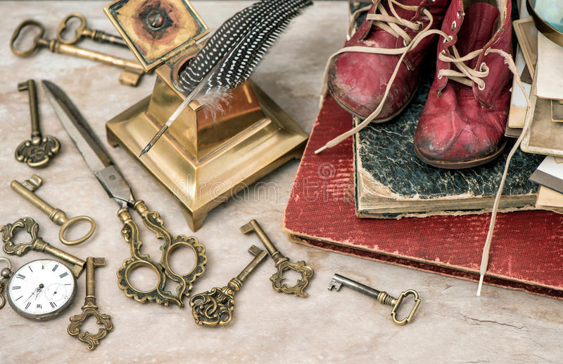 Album di foto antichi, chiavi, articoli per ufficio e scarpe di bambino immagini stock libere da diritti