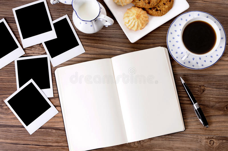 Album di foto con caffè ed i biscotti fotografia stock libera da diritti