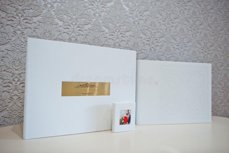 Album di foto di lusso di nozze del cuoio bianco fotografia stock