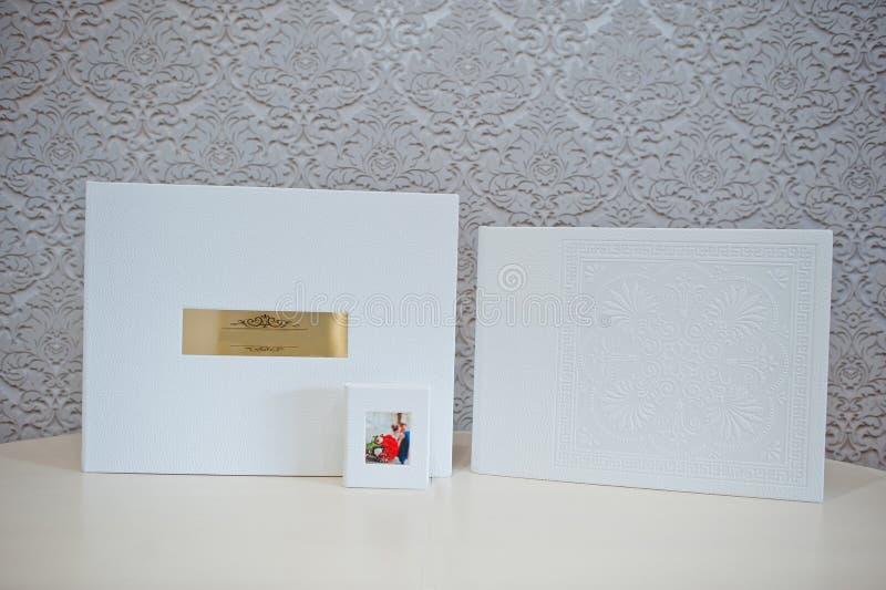 Album di foto di lusso di nozze del cuoio bianco immagine stock