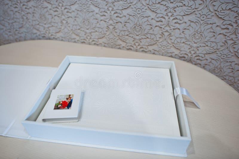 Album di foto di lusso di nozze del cuoio bianco fotografie stock libere da diritti