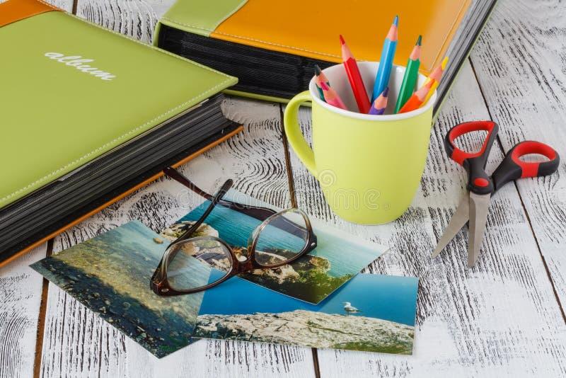 Album fotograficzny i fotografie od wczesnego rodzina przy plażą zdjęcia stock
