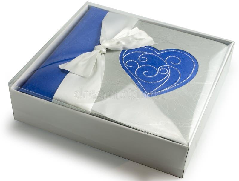 Album fotograficzny z sercem w prezenta pudełku odizolowywał białego tło zdjęcie stock