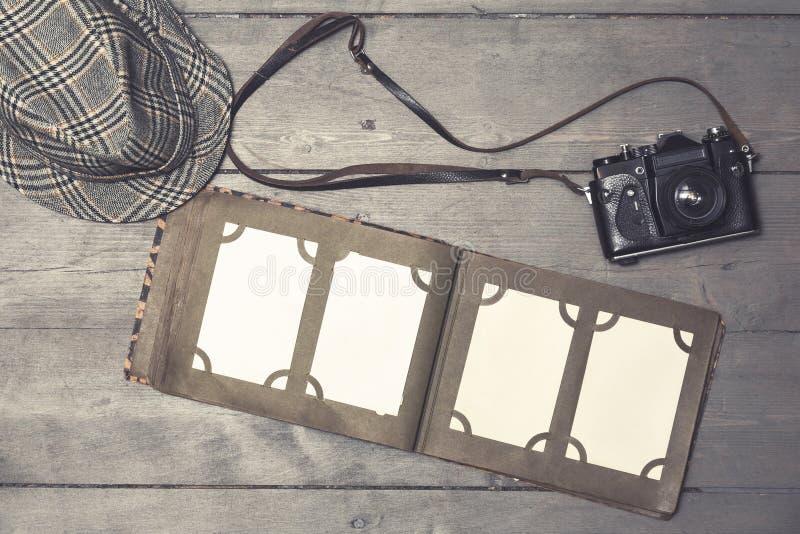 Album photos vide de vintage avec le rétro appareil-photo sur la vieille table en bois image libre de droits