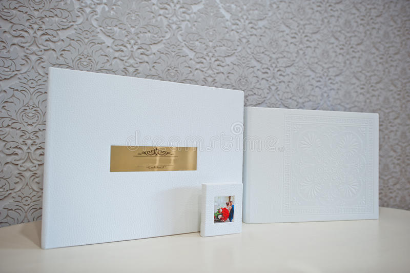 Album van de het huwelijksfoto van het luxe het witte leer stock foto