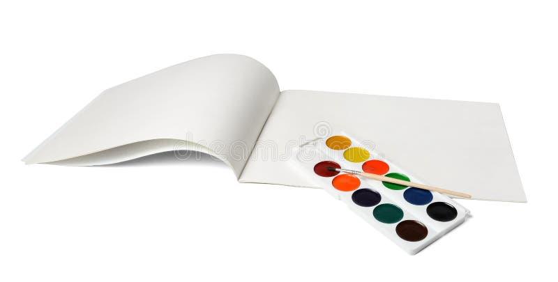 Album voor tekening en een reeks waterverfverven met een borstel Witte geïsoleerde achtergrond royalty-vrije stock afbeelding