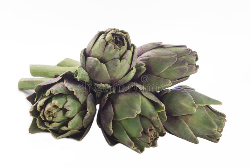 Alcachofas frescas con el tronco y la hoja foto de archivo libre de regalías