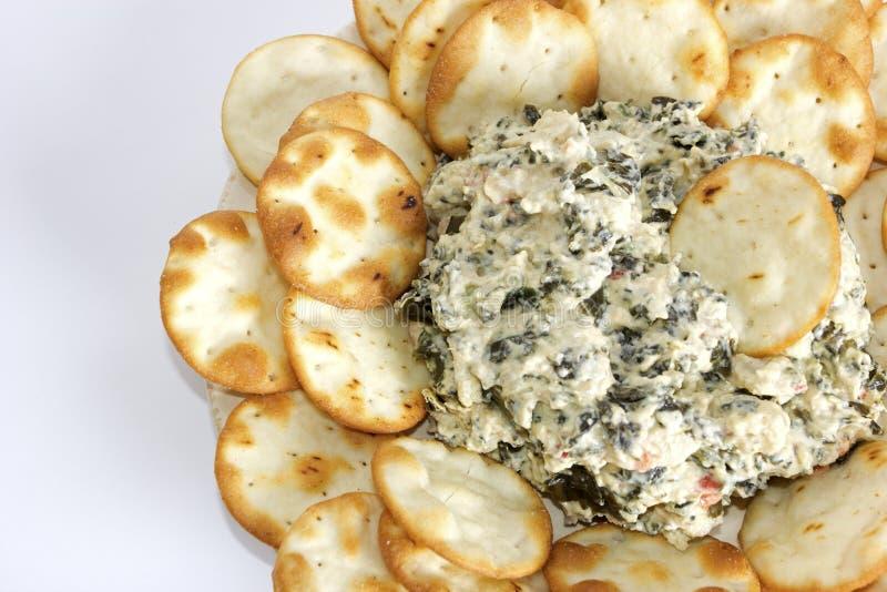A alcachofra e o espinafre mergulham com as microplaquetas do pão do pão árabe imagens de stock royalty free