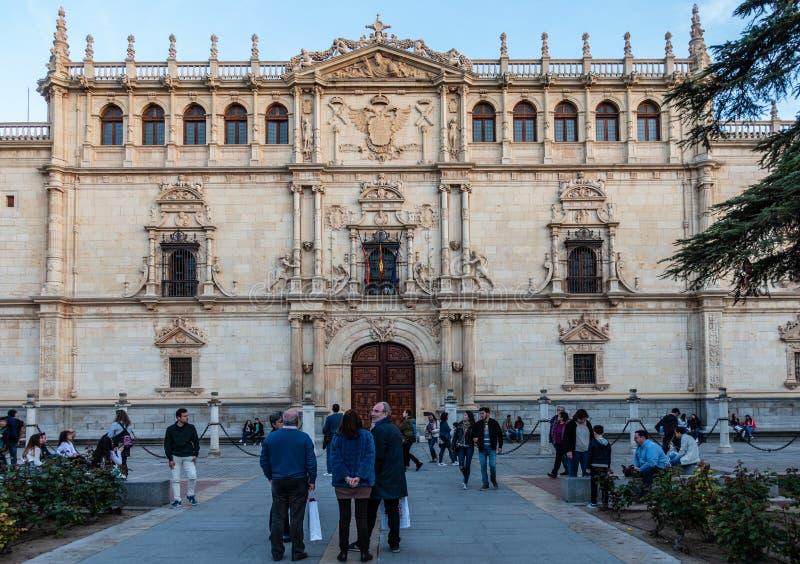 Alcala de Henares, Spanien April 2019: fasad av den Colegio borgmästaren de San Ildefonso i Alcala de Henares, Spanien arkivfoton