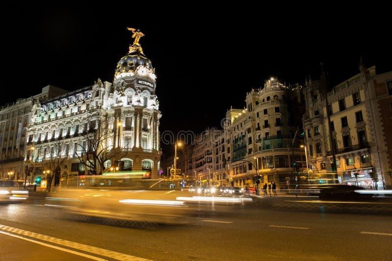 Alcala och Gran via gatan i Madrid på natten royaltyfri foto