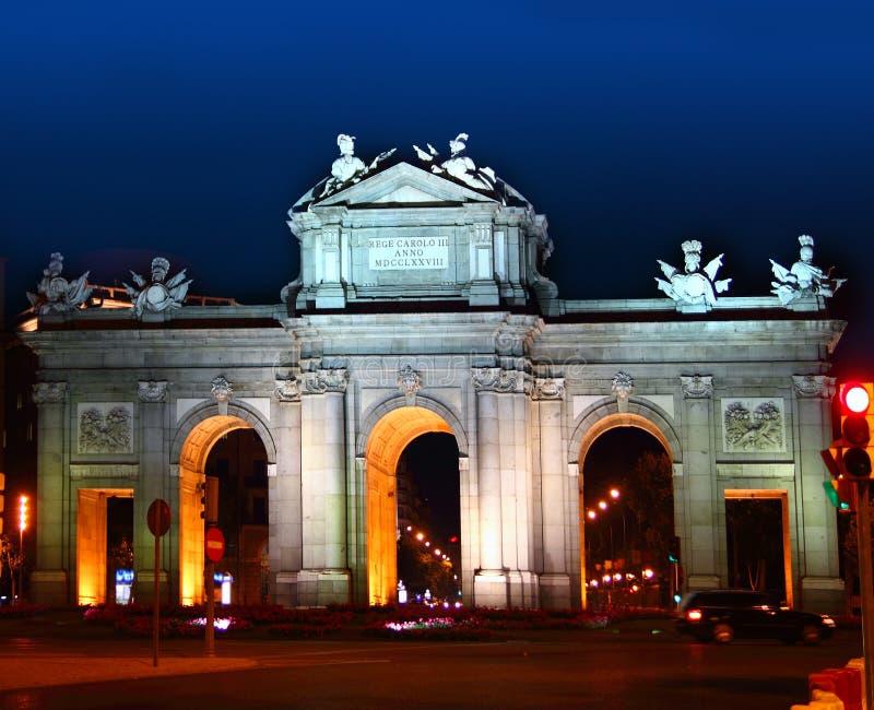 Alcala Puerta i Madrid med nattlampor arkivfoto