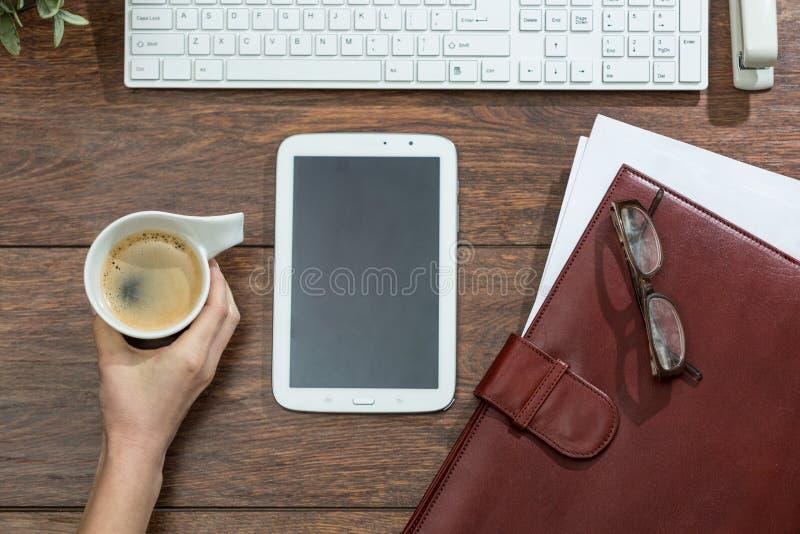 Alcance para o café fotos de stock royalty free