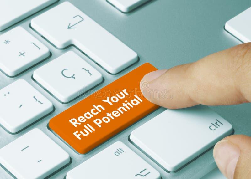 Alcance todo o seu potencial - Inscrição na tecla de teclado laranja fotografia de stock royalty free