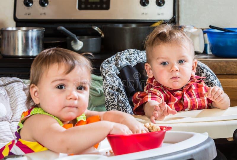 Alcances do bebê para o cereal imagens de stock