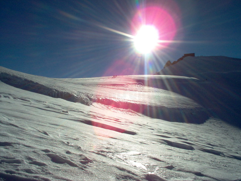 Download Alcangando a cimeira foto de stock. Imagem de montanha - 532880