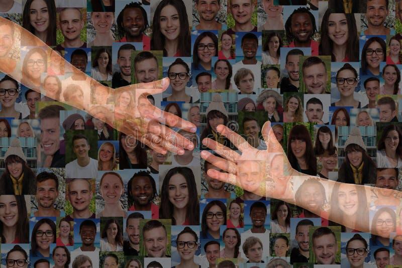 Alcanzando las manos de una gente de la mano amiga rescate y apoye fotos de archivo
