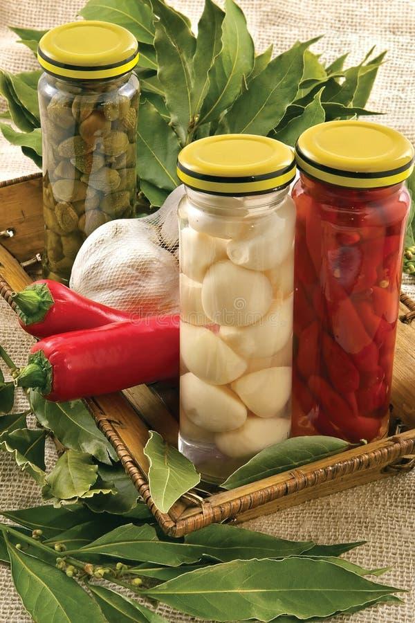 Alcaparras, alho, folha de louro, pimenta quente fotos de stock
