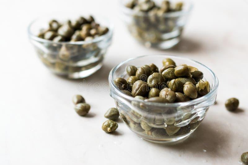 Alcaparras comestíveis na bacia de vidro pronto para comer foto de stock royalty free