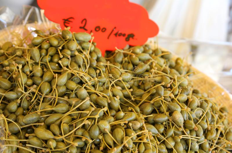 Alcaparras frescas verdes para a venda imagens de stock